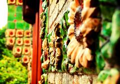 Girasoles de Capricho (elmagodelabahia) Tags: wall architecture pared arquitectura mosaic mosaico sunflower gaudí lomofake antoni santander cerámica girasol cantabria comillas elcaprichodegaudí