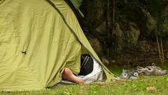 mmmhhhhhhhh........ (laurha) Tags: camping summer pie foot puerta shoes pareja tent tienda verano calor zapatillas tela descalzo ranura