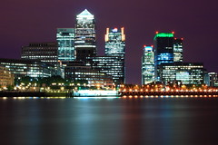 Banche scintillanti / Sparkling banks (AndreaPucci) Tags: uk london thames night river cloudy fiume canarywharf londra regnounito tamigi citi canarywharftower onecanadasquare creditsuisse canonefs1022mmf3545usm jpmorgan canoneos400 hbsc andreapucci