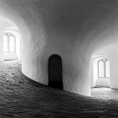 Runde Taarn - Ilford fp4 Plus (magnus.joensson) Tags: denmark köpenhamn cph scandinavia hasselblad 500cm zeiss distagon 50mm fle cf ilford fp4 plus yellow filter runde taarn monochrome blackandwhite