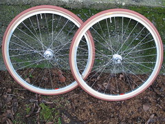 Rawland Stag Wheelset Ready! (Andrew_Squirrel) Tags: seattle red white brick bicycle hub silver stag nipples hole rear spokes son tire double clay gran schmidt rims brass cassette 32 dt bois industries 1415 dynamo delux t11 quarterly hetre 650b rawland butted pacenti skinwall pl23
