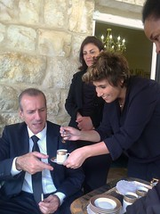 Les femmes servent le caf. (Gilbert-Nol Sfeir Mont-Liban) Tags: kesserwan montliban liban famille family tradition caf coffee femmes women homme man relatives parents mountlebanon lebanon dimanche sunday runion reunion chrtiens christians christen