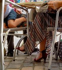 Les dessous de tables (beatricedrevon) Tags: jupe pieds jambes table