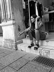 (christophemo) Tags: nancy villedenancy lorraine france meurtheetmoselle noiretblanc monochrome bw noirblanc grande rue marches perron magasin fumer cigarette pause femme songe rverie spleen grand