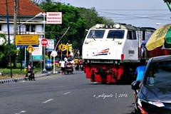 Berhenti! Tengok kanan kiri sebelum melintas! (Edy Widiyanto) Tags: kereta api minyak bbm madiun jalan yos sudarso