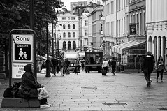 Karl Johans gate - Oslo (petrwag) Tags: street sel1670z blackandwhite blancoynegro bw blackwhite oslo noiretblanc noirblanc ernobl clickcamera carlzeiss
