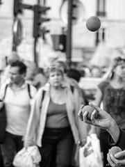 Lgret passagre (Evap'Aur) Tags: paris street rue jongleur flou contraste