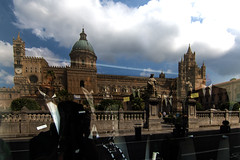 la cattedrale surreale (@ntomarto) Tags: antomarto ntomarto italia italy sicilia sicily palermo cattedrale cathedral surrealism surrealismo manichini mannequins riflesso reflection vetrina showcase