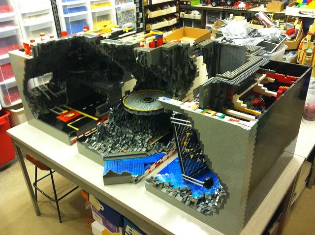 想必布魯斯‧偉恩也會想要擁有!20,000 片樂高拼成的「蝙蝠洞」!