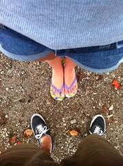 (Thalles Lopes) Tags: love folhas feet foot leaf couple amor felicidade happiness ground havaianas tenis ps cho casal p