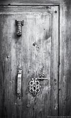 Llama, si te atreves (II). / Knock if you dare (II). (Recesvintus) Tags: door wood blackandwhite bw españa blancoynegro metal blackwhite spain puerta madera europe fear alicante pomo terror knocker es ironwork knob keyhole miedo benidorm cerradura mistery misterio suspense costablanca aldaba herrajes llamador cruzadasi creativephotocafe potd:country=es