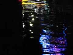 Die Miltenberger Michaelismesse im Main (zikade) Tags: reflexionen licht farbigeslicht farben gelb orange feuer main miltenberg odenwald kirmes blau trkis grn wasser spiegelung volksfest michaelismesse 2016