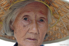 Con el alma a la vista - Yangshuo - China (Gabriel Bermejo Muñoz) Tags: china old travel portrait people woman face look hat rural asian sadness tristeza mujer ancient asia native expression retrato yangshuo traditional country cara poor chinese vieja folklore personality abuela elderly older campo expressive oldwoman pena sombrero tradition pobre anciana mirada wrinkles abuelita personalidad indigenous peasant chino guangxi tradicional rurallife grandmad indigena expresion arrugas campesina grandmather nativo asiatico peopleoftheworld countrywoman asiapeople asianpeople expresivo gentedelmundo gabrielbermejomuñoz