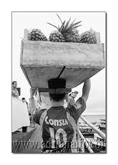 af0702_0441_1 (Adriana Fchter) Tags: bw barcos gente transport porto manaus amazonas transporte fluvial carga produtos carregador flutuante carregadores locomocao