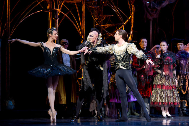 Zenaida Yanowsky, Will Tuckett and Nehemiah Kish in The Royal Ballet's Swan Lake © ROH/Bill Cooper