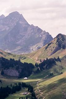 _29_00142 Par ordre, du 1er plan au 4ème plan : le chalet d'alpage de Fréjima à Tena, alt 1543m ; le chalet d'alpage du Lapé, alt. 1574m ; le col et le chalet de La Gueyre, alt. 1724m ; La Dent de Brenleires, alt. 2353m ; La Dent de Folliéran, alt. 2340m.