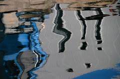 points d'exclamation - exclamation point (Jeanne Menj) Tags: reflets port bretagne abstrait eau mer abstract reflection water exclamation point