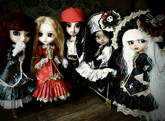 Jack y las Veritas (Lunalila1) Tags: doll groove junplaning pullip veritas fake outfit handmade costura pirate pirata bloody red hood another queen catwoman limited edition dolls white black crimson taeyang custom nepenthe ryuzaki takagi jack sparrow anneke bonnie