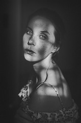 Das Spiel von Licht und Schatten (Laura Callsen) Tags: snapshot sunlight heavy light shadows bw black white grain freckles