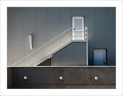 Accés posterior / Back door (ximo rosell) Tags: ximorosell color composició llum light luz nikon d750 detall stairs escales escaleras