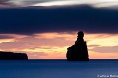 bajo un manto oscuro/horizonte despejado (soybuscador) Tags: españa seascape azul marina contraluz rojo nikon ibiza cielo nubes 1210 otoño octubre naranja dedo roca 2012 baleares monolito recorte benirrás d7000 flickrfacebook soybuscadorgmailcom