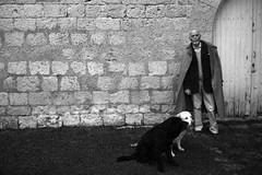Le Matre et ses chiens  Renaud Camus et MM. Orage et Ottokar, chteau de Plieux, Gers, Gascogne, 22 janvier 2013 (Stphane Bily) Tags: blackandwhite bw noiretblanc nb writer gascogne gers crivain frenchwriter plieux chteaudeplieux crivainfranais stphanebily