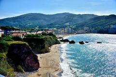 Bakio. (Howard P. Kepa) Tags: paisvasco euskadi bizkaia bakio playa marcantabrico montejata costa acantilados rocas vegetacion pueblo