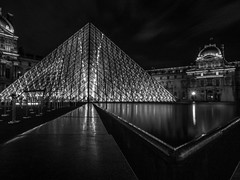 Pyramide (Le petit oiseau va...) Tags: louvre paris france architecture night longexposure pyramide street blackandwhite bw blackwhite triangle olympus omd urban
