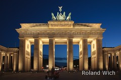 Brandenburger Tor (Rolandito.) Tags: blue light berlin azul night germany deutschland lights evening abend twilight gate nacht dusk illuminated hour hora alemania dmmerung tor brandenburger allemagne brandenburg germania beleuchtung nightfall heure bleue blaue beleuchtet stunde lheure illimination anoctecer