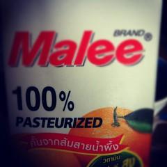 100% หมายถึง น้ำส้มจริงๆ 10 ส่วน ผสมน้ำอีก 90 ส่วนหรือเปล่านะ !!?? มันก็น่าจะตีความได้ว่า น้ำส้มที่ผสมไปนั้น เป็นน้ำส้มแท้ 100%
