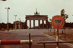 BERLIN 1973 Pariser Platz (streamer020nl) Tags: berlin analog 2000 stop ddr brandenburgertor 1973 gdr 1000 eastberlin pariserplatz ostberlin slagboom parizerplatz up0001