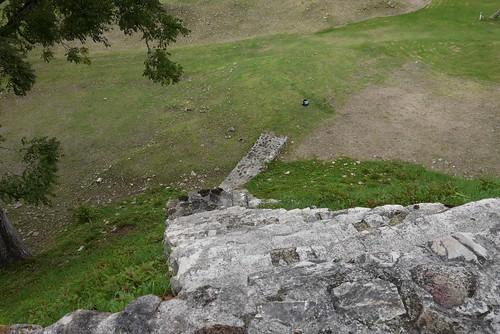 アルトゥンハの遺跡は結構高い。地面に置いてあるのはリュックサック。