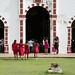 Donne vestite di rosso vanno alla funzione in San Sebastian de Buenavista