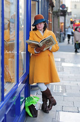 Mrs. Fairytale (Fedillar) Tags: street blue portrait england english college guanti window hat yellow shop lady fairytale shopping 50mm reading book la high nikon waiting afternoon dress boots blu coat saturday libro read leggendo giallo gloves oxford wait bags february elegant mrs vetrina ritratto fairytales cappello inglese borse inghilterra leggere elegante febbraio aspetta sabato delle aspettare pomeriggio signora d90 stivali vestito co