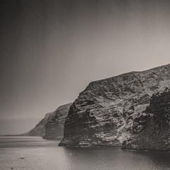 (20/62) Los gigantes (ponzoosa) Tags: islas canarias tenerife santiago teide acantilado cliff oceano ocean atlantico gigantes bn bw blanco negro sepia relative nomadism