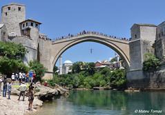 Mostar - Saltant des del Stari Most (Mateu Tomas) Tags: mostar federacijabosneihercegovine bosniaherzegovina ba starimost jump salto salt riu river rio cliffdiving pont bridge puente