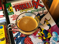 Da 22 | Mutantes y cafena (Chimista) Tags: iphone iphone6splus 365coffeeroad caf taza cmic estantera xmen marvel patrullax