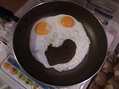 Frightened Fried Eggs (rickihuang) Tags: life china face fry funny sony egg beijing s pan 北京 中国 fried 生活 acro 有趣 索尼 手机 鸡蛋 脸 平底锅 xperia 煎 样张 三防 flickrandroidapp:filter=none lt26w
