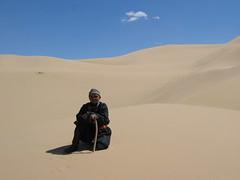 Old man on a Gobi desert dune (mbphillips) Tags: nomad mongolia モンゴル 몽골 蒙古 asia アジア 아시아 亚洲 亞洲 mbphillips canonixus400 geotagged photojournalism photojournalist