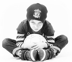 Serious look in the studio.. Aron 6 yers old (Gulli Vals) Tags: bw liverpool canon ball studio 50mm aron fc hummel icelandic valur bowens shoue