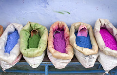 Colores... (Hctor Lago) Tags: verde azul canon colours indigo rosa colores maroc 7d marruecos fucsia pintura sacos chouen xauen