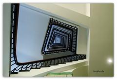 Treppenhaus (K.Rahn) Tags: architektonisch architektur aufnahme aus der froschperpektive blickwinkel europa europisch farbe fluchtpunkt foto gelnder geometrisch horizontale innen inneres italien italienisch niemand reisen step tage treppenhaus venezia wendeltreppe