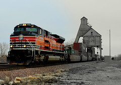 Southern Pacific in a Northern Town (JayLev) Tags: tower up illinois 1996 sp unionpacific coal dekalb chute southernpacific stacktrain heritageunit