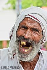 Brahma India (Camilo Farah Fotgrafo) Tags: brahma india indu hindues god sari shiva personaje persona people sr seor edad old viejo men man oldman agra uttar pradesh risa dientes smile sentimientos feel good wrinkles age color craft dark lady handkerchief male teeth decay mr homeless godless