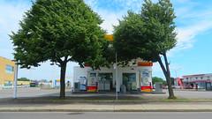 Arbore Essence (Robert Saucier) Tags: trees sky orange green clouds montral pavement montreal shell vert gasstation sidewalk ciel arbres nuages trottoir stationservice img3654
