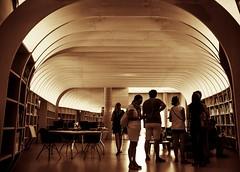 Bibliothque Cit du vin, Bordeaux. (Thomas Ricaut) Tags: bibliothque architecture blackandwhite vin bouteilles alignements reflets