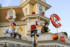 DLP Halloween 2012 - Walking up Main Street USA (PeterPanFan) Tags: travel autumn vacation france fall halloween canon restaurant october mainstreet holidays europe fastfood oct disney mainst 2012 disneylandparis dlp mainstreetusa disneylandresortparis marnelavalle mainstusa counterservice parcdisneyland disneyparks caseyscorner quickservice quickservicerestaurant canoneos5dmarkiii disneylandparispark counterservicerestaurant seasonsholidaysandevents