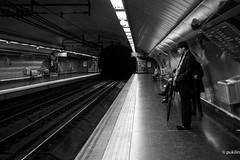 subway wait (pukilin) Tags: street city light portrait bw luz 35mm subway calle gente metro retrato ciudad bn randompeople poeple desconocidos nikond3100