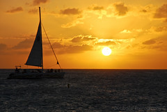 Passing by (Travnet.) Tags: sunset sea sun sunlight boot boat zee caribbean stmaarten zon sintmaarten caribisch travnet dubbauphotography