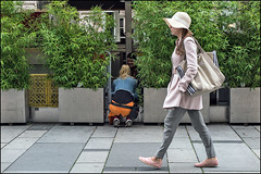 Background talks (f r a n z) Tags: wien vienna menschen people street stphotographia guesswherevienna walking